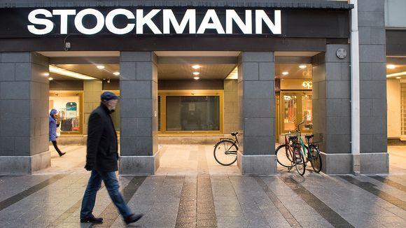 Ihmisiä kävelee Stockmannin edessä.