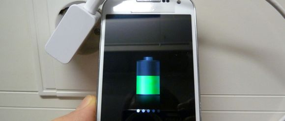 Kännykän akku latautuu