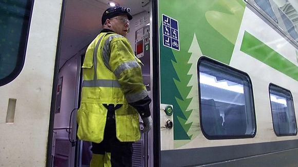 Video: Asentaja tarkistaa junan kuntoa VR:n varikolla Oulussa.