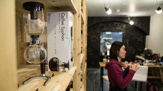 Kahvila Suomico myy kahvin lisäksi Syphon-kahvinkeittimiä.