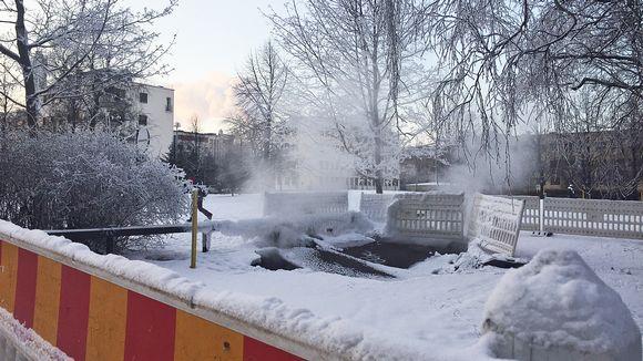 Yksi Oulun uusista kaukolämpövuodoista höyryää Lyötynpuistossa Saaristonkadun tuntumassa.