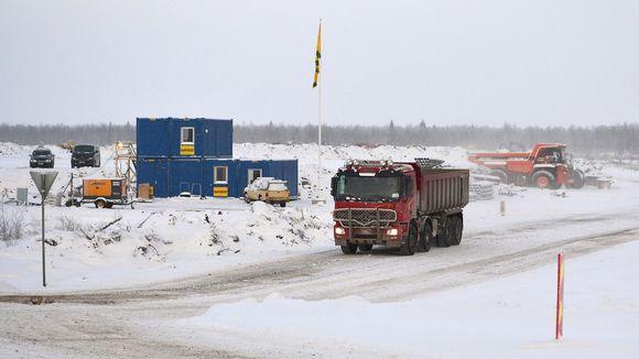 Työkoneita Fennovoiman ydinvoimatyömaalla Pyhäjoen Hanhikivenniemessä
