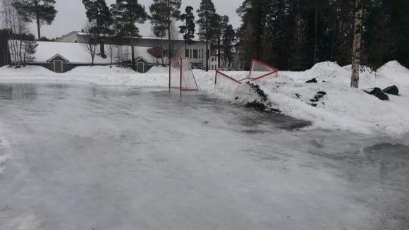 Oulun Värtössä sijaitsevan luistelukentän jää on sulanut.