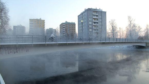 Pyöräilijä ajaa kevyenliikenteen sillalla Tuirassa.
