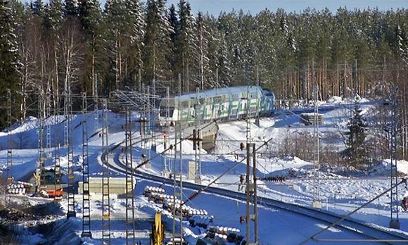 Pikajuna ajaa pohjoiseen Sievissä Pohjanmaan radan talvisella työmaalla 16.2.2016.