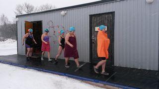 Oulun Talviuimareiden viisihenkin naisjoukkue menossa Oulujokeen harjoittelemaan MM-kisoja varten Oulun Tuirassa.