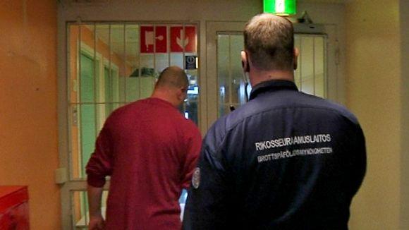 Vanki ja vartija Oulun vankilan käytävällä