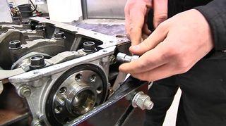 Auton moottorin korjausta Oulun seudun ammttiopistolla.