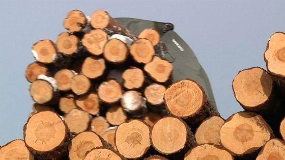 Haapajärven saha käsittelee tukkipuuta kolmessa työvuorossa yötä päivää.