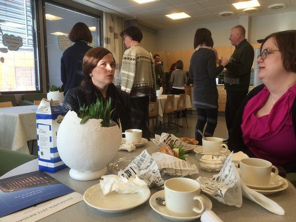Kansanedustaja Mari-Leena Talvitie (kok.) keskustelemassa Kaakkurin koulun opettajien kanssa Oulussa