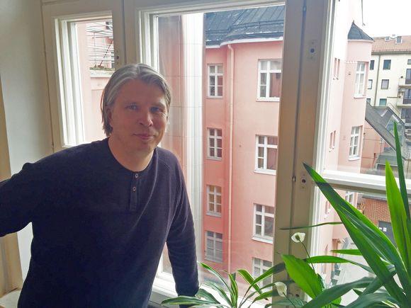 Ilmari Mäenpää korostaa itselle mieluisan ikkunanäkymän merkitystä asumisen hyvinvoinnille.
