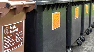 Jäteastioita rivissä pihalla