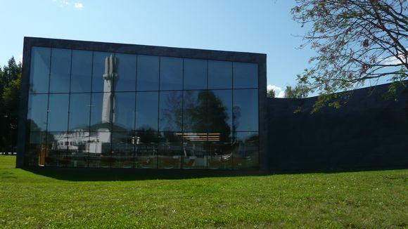Seinäjoen kaupunginkirjaston lasinen siluetti.