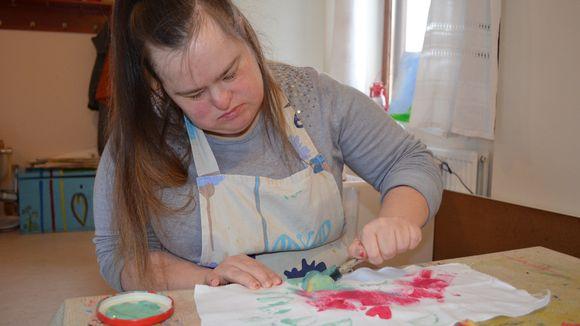 Henrietta on yksi Koivúkodin taiteilijoista. Hänen töitään on parhaillaan esillä Vaasan pääkirjastossa.