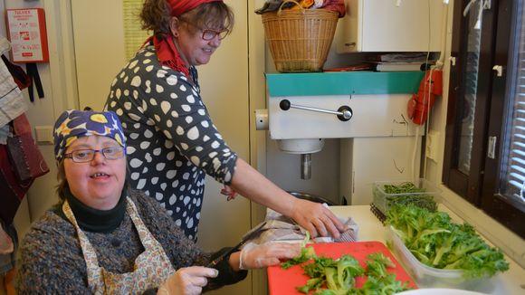 Maria-Terttu Ristilä kertoo olevansa salaattimestari. Sen on huomannut myös Koivukodin toiminnanjohtaja, Maria-Tertun sisko Anna Vairio.