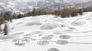 Video: Ympäristötaiteilija Sonja Hinrichsenin lumipiirros Ranskan Brianconissa.