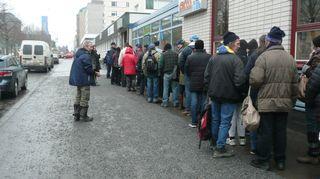Ruoka-avustusta jonotetaan Vaasassa kadulla