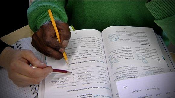 Pakolainen opiskelee.