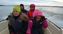 Myllärin perhe ajaa veneellä mökille Vaasan Varisselän yli.