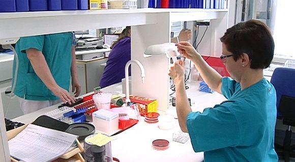 Laboratoriotyöntekijä Alavuden pääterveysasemalla.