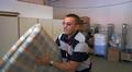 Hätämajoitusta varten Vaasan vastaanottokeskuksen varastolta lastataan patjoja ja tyynyjä autoon.