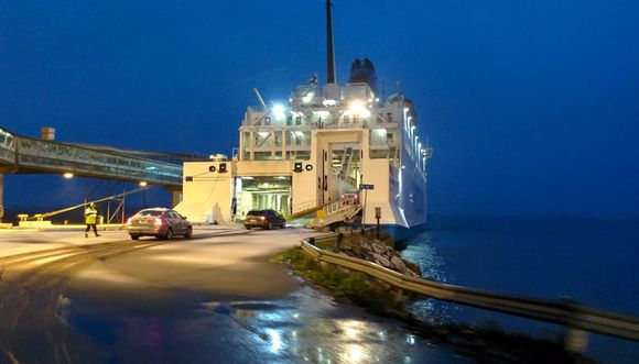 Wasalinen matkustajalaiva lähdössä aamuhämärissä Vaasan satamasta.