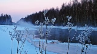 On pakkasta, lunta ja huurretta - sula vesi höyryää 15.1.2016.