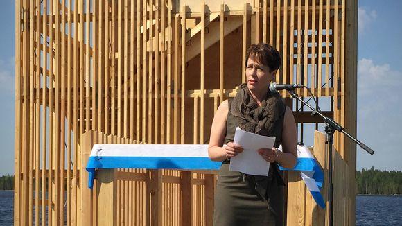 Kati Lähtinen vihkimässä Seinäjoen asuntomessujen Periskooppi-näkötornia.