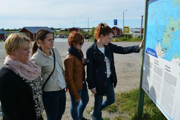 Vaelluspolku näkötornille lähtee Svedjehamnin satamasta.