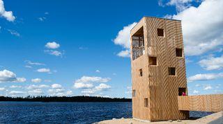 Japanissa palkittu näkötorni, Periskooppi, jykevästi Kyrkösjärven rannalla.