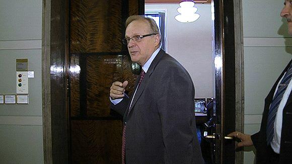 Työministeri Lauri Ihalainen saapumassa hallituksen iltakouluun eduskunnassa.
