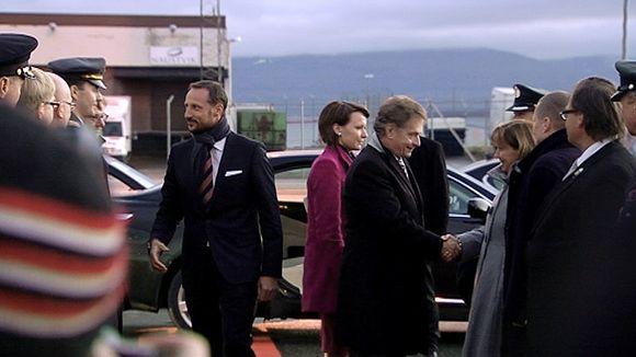 Sauli Niinistö ja Jenni Haukio sekä Norjan kruununprinssi Haakon Tromssan lentokentällä presidenttiparin lähtiessä takaisin Suomeen.