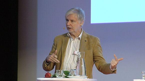 Ulkoministeri Erkki Tuomioja puhuu SDP:n puheenjohtajapäivillä.