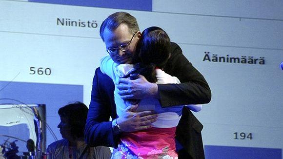 Jussi Niinistö ja Hanna Mäntylä halaavat perussuomalaisten puoluekokouksen lavalla varapuheenjohtajavaalin ratkettua.