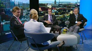 Kansanedustajat Mauri Pekkarinen, Jouni Backman ja Pertti Salolainen.