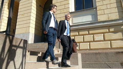 Vihreiden ministerit Ville Niinistö ja Pekka Haavisto poistuivat Valtioneuvoston linnasta.