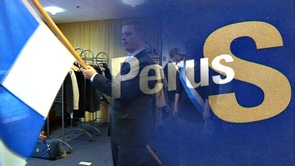Kokoomusnuoret kantaa lippua ja kuva muuttuu Perusssuomalaisten logoksi.