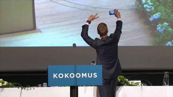 Alexander Stubb ottamassa kännykkäkuvaa.