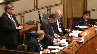 Kansanedustaja Ilkka Kanerva lukemassa lippuäänestyksen tuloksia eduskunnassa.