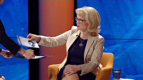 Video: Päivi Räsänen ottaa kirjekuoren