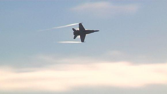 Video: Hornet-hävittäjä taivaalla