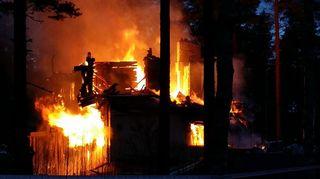 Puukerrostalo palaa Niinisalossa