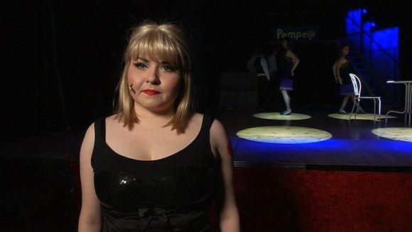 Helena Känä esittää tanssityttö Charity Hopea.
