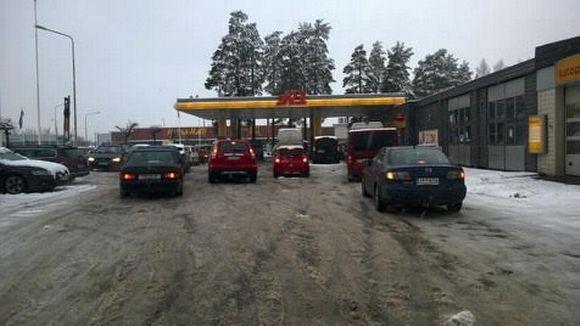 Autit jonottavat halpaa bensaa