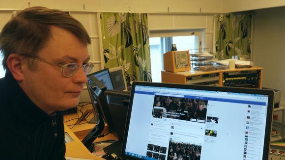 Petri Saarikoski tietokoneen vieressä