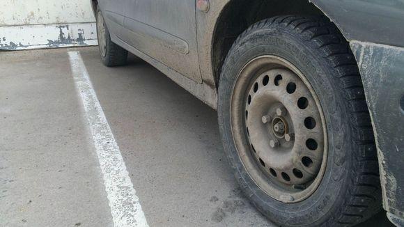 Auton renkaasta on irronnut pölykapseli