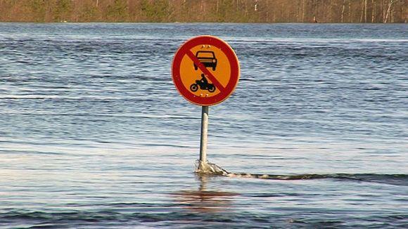 Veden pinta peittää melkein liikennekyltitkin.