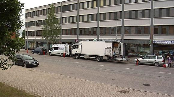 Yleisradion ulkotuotantoautot Kemijärven keskustassa.