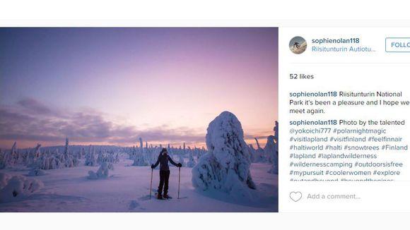 Englantilainen Sophie Nolan lumikenkäilemässä Riisitunturin kansallispuistossa.