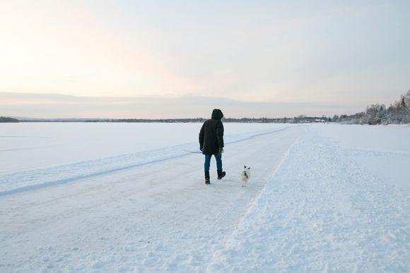 Alakorkalossa asuva Erkki Karvo ja Kerttu-koira käyvät talvella päivittäin kävelylenkin joen jäällä.